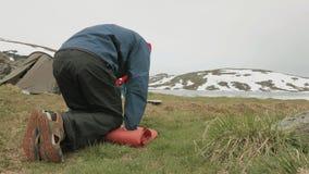 De wandelaars pakt de mat in noorwegen stock footage