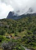 De wandelaars in Torres del Paine National Park, onder mist bonden granietpieken Stock Foto's