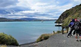 De wandelaars wachten bij bootlancering op de gletsjermeer van Patagonië Stock Foto's