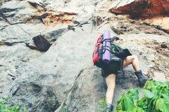De wandelaarvrouw beklimt op de laatste sectie in bergen Reiziger die in openluchtlevensstijlavontuur lopen royalty-vrije stock foto's