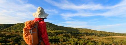 De wandelende vrouw geniet van de mening Royalty-vrije Stock Foto