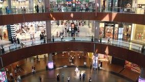 De wandelgalerij van Doubai binnen het winkelen niveaus stock videobeelden