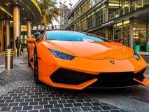 De Wandelgalerij van Doubai - episch oranje Lamborghini Huracan buiten de Wandelgalerij van Doubai royalty-vrije stock fotografie