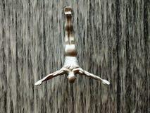 De Wandelgalerij van Doubai Vliegende mensen bij de waterval in de Wandelgalerij van Doubai Stock Afbeelding