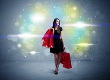 De wandelgalerijdame met het winkelen zakken en schittert licht Royalty-vrije Stock Afbeeldingen
