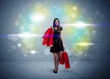 De wandelgalerijdame met het winkelen zakken en schittert licht Royalty-vrije Stock Foto's