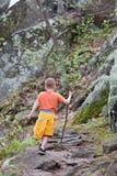 De wandeling van de jongen stock afbeelding