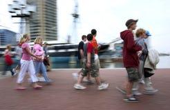 De wandeling van de ochtend in een grote stad Stock Foto