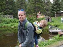 De wandeling van de vader en van de dochter Stock Foto's