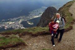De wandeling van grootouders en van het kind Royalty-vrije Stock Afbeeldingen