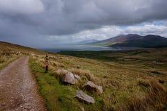 De wandeling van omhoog de berg in Ierland royalty-vrije stock foto's