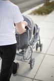 De wandelwagen van de moeder en van de baby stock afbeeldingen