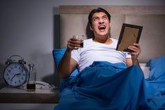De wanhopige die man in bed is gescheiden royalty-vrije stock foto