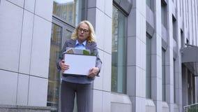 De wanhopige doos van het bedrijfsvrouwen dragende materiaal, ongerust gemaakt het werkontslag, pensionering stock video