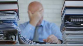De wanhopige en Ongerust gemaakte Manager Keeping His Head dient binnen Vaag Beeld in royalty-vrije stock afbeeldingen