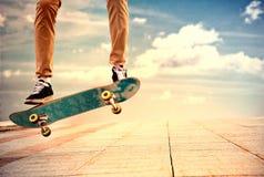 De wanhopige kerel maakt uiterst gevaarlijke elementen op skateboa stock afbeeldingen
