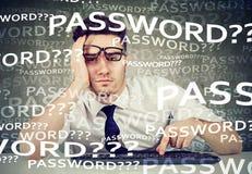 De wanhopige mens die in zijn computer proberen te registreren vergat wachtwoord stock fotografie
