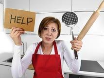 De wanhopige onervaren vrouw die van de huiskok in deegrol van de spannings de wanhopig holding en hulpteken schreeuwen Stock Fotografie