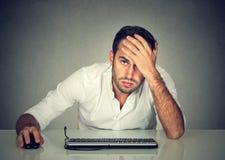 De wanhopige werknemer van het mensenbedrijf bij bureau royalty-vrije stock foto