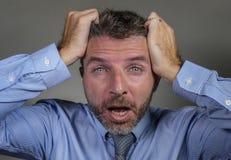 De wanhopige zakenman in overhemd en de stropdas die aan crisis lijden die gek gevoel gillen vermoeiden en overweldigden ge?solee stock foto