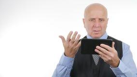 De wanhopige Zakenman Read Bad News op Tablet maakt Zenuwachtige Gebaren royalty-vrije stock afbeeldingen