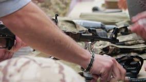 De wapens, Automatische Machines, Granaten, Munitie, Kogels zijn op de Lijst, en Militair stock footage