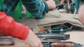 De wapens, Automatische Machines, Granaten, Munitie, Kogels zijn op de Lijst, en Militair stock videobeelden