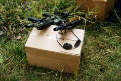 De wapens op de doos royalty-vrije stock afbeelding