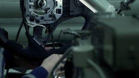 De wapens van het de autowiel van naaistersin de schede steken stock footage