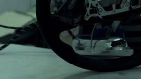 De wapens van het de autowiel van naaistersin de schede steken stock videobeelden