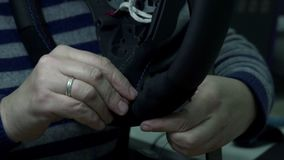 De wapens van het de autowiel van naaistersin de schede steken stock video