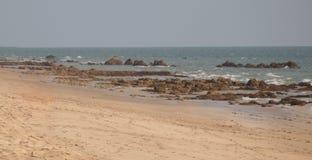 De warme duidelijke wateren en het zachte gouden zand op een mooi Thais strand stock afbeeldingen
