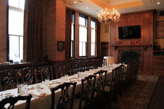 De warme hout en baksteenruimte met lange lijst, heet binnen patroons voor een een bezoek, Restaurant van Harvey en een Bar, Sara Royalty-vrije Stock Afbeeldingen