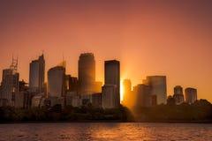 De warme lichte stad bouw van Sydney, met zonstraal op warme zonsondergang royalty-vrije stock foto's