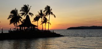 De warme zonsondergang, de kust romantische menigte, het vrije tijdslandschap stock foto's