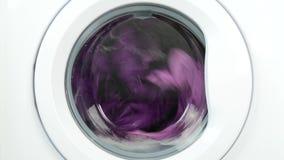 De Was die van de wasserijmachine en Natte Kleren spinnen roteren stock footage