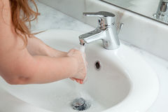 De was van de vrouw dient badkamers in Royalty-vrije Stock Afbeeldingen