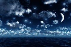 In de was zettende halve maan op de oceaan Royalty-vrije Stock Foto