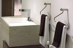 De wasbak en de handdoeken van het ontwerp Stock Fotografie