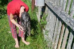 De washaar die van het tienermeisje oude handwasbak in openlucht in zonnige de zomerdag gebruiken royalty-vrije stock afbeeldingen