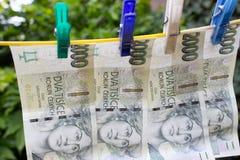 De wasknijpers houden de Tsjechische kronen op een drooglijn 3 Royalty-vrije Stock Afbeelding