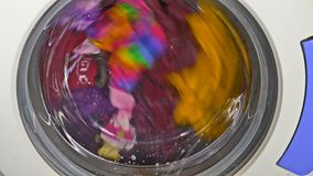 De wasmachine die kleren spinnen draagt ondergoedkleding stock videobeelden