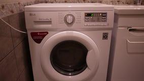 De wasmachine wast vuile Wasserij stock videobeelden