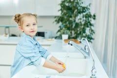 De wasschotels van het meisje Stock Afbeeldingen