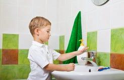 De wassen van de jongen met handzeep. Stock Afbeeldingen