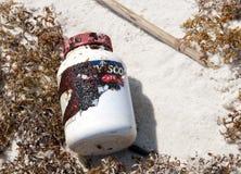 De wassen van de olie aan wal op strand Stock Afbeelding