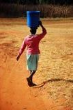 De waterdrager - Pomerini - Tanzania - Afrika Stock Afbeelding
