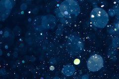 De waterdruppeltjes catpured in de lucht met blauw defocused achtergrond stock fotografie