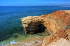 De wateren van Aqua langs een rotsachtig strand Royalty-vrije Stock Foto