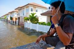 De wateren van de vloed overvallen huis in Thailand Stock Afbeelding